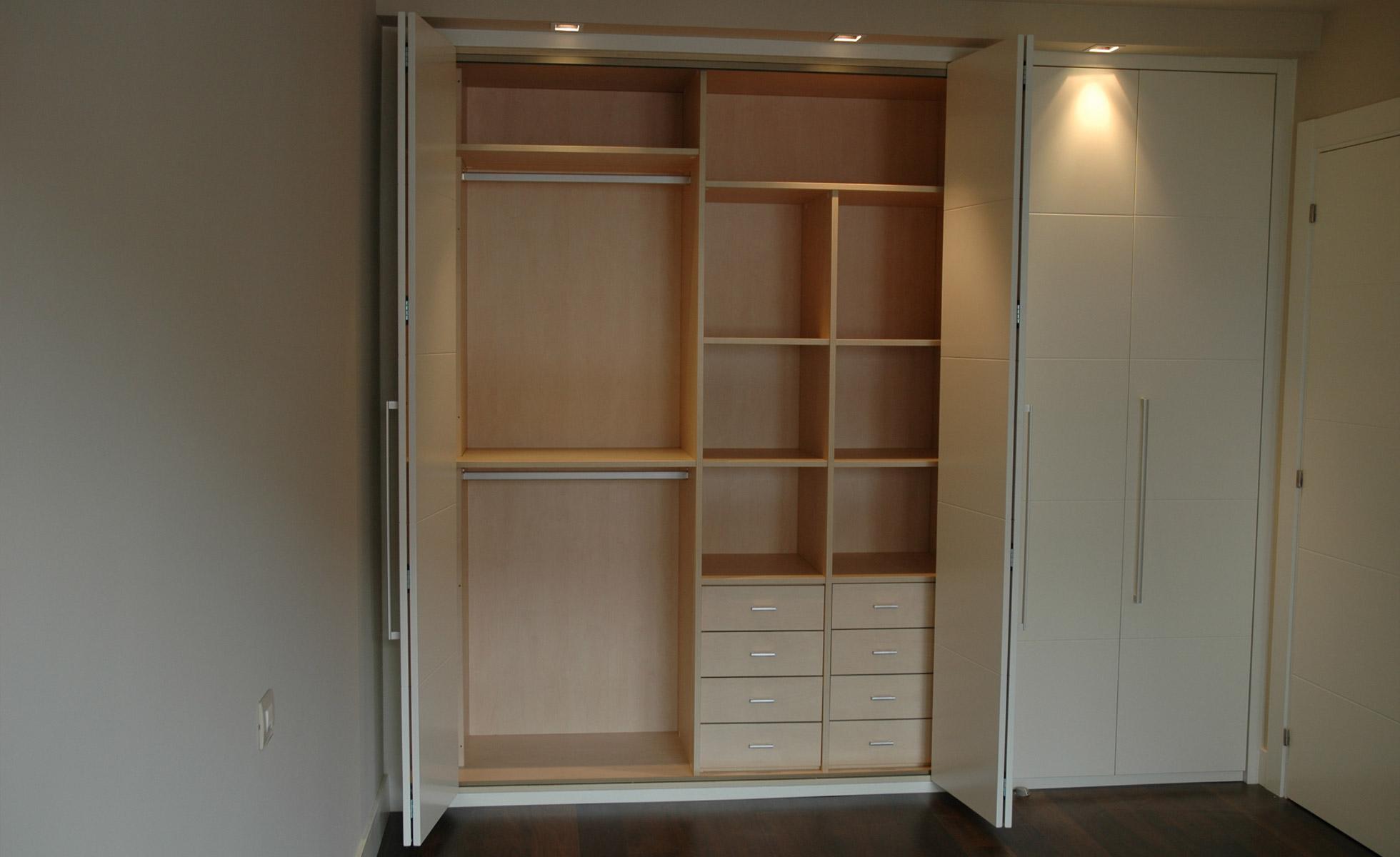 Armarios armarios armario con puertas abatibles con for Armarios empotrados